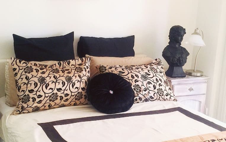CityCentral Luxury Master Bedroom +Terrace Wifi
