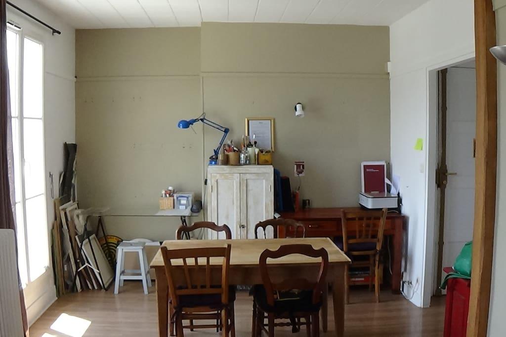 Vue de la salle à manger/bureau, très lumineux