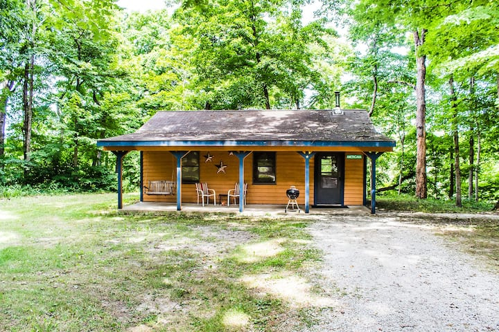 Kishauwau's Starved Rock Area Cabins - Romantic Whirlpool (Americana) Cabin For 2, No Kids, No Dogs