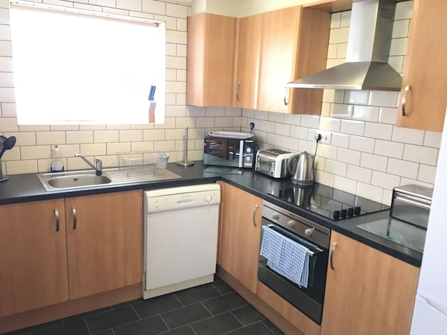 Holiday Bungalow - 30m to Promenade - Free Parking