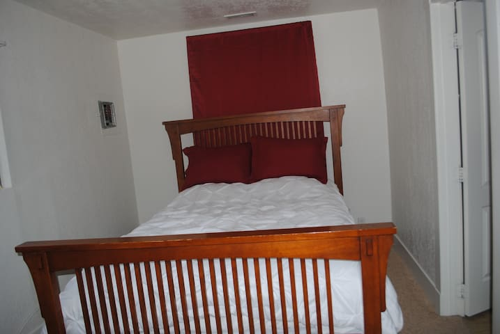 Queen Bed with attached bathroom in Ogden - Ogden - Apartment