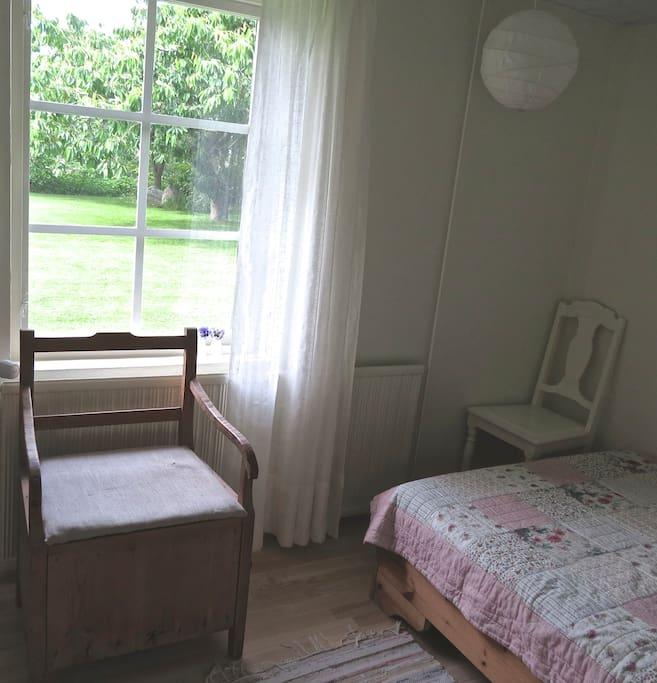 Room facing the garden (1 double bed 140 x 200)
