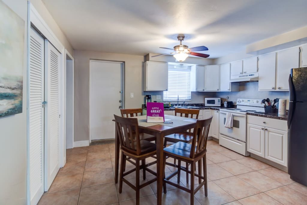 Fully equipped kitchen. Microwave, toaster, coffee machine and oven.