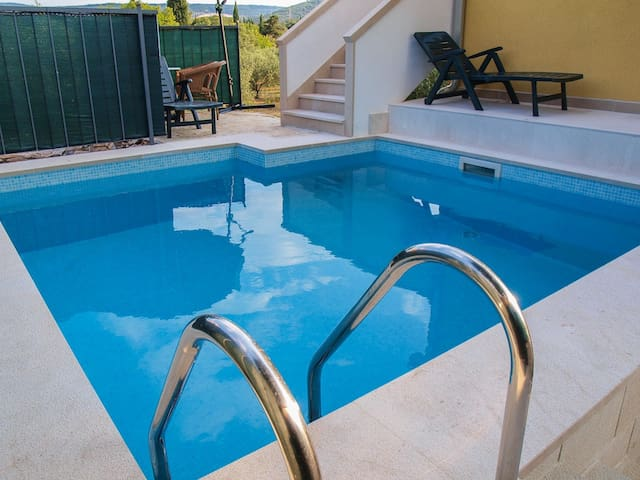 Luxury 2 floor house with pool - Škrip