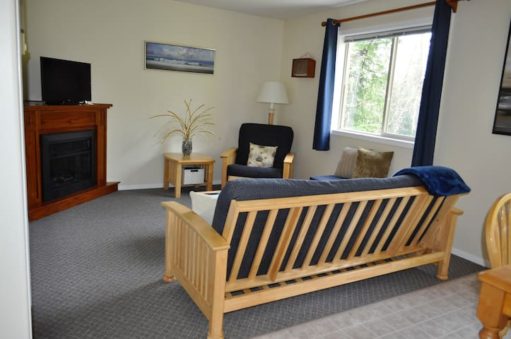 1 Bdrm; 1 Bath Private Apartment, Great Location - Tofino - Flat