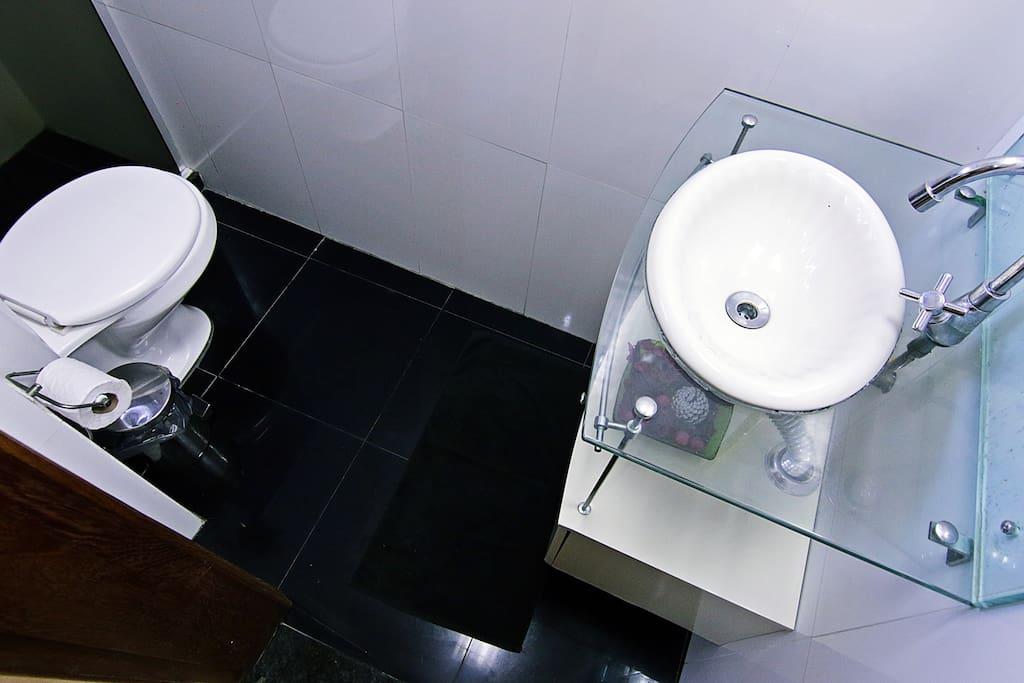 Apartamento em Copacabana com 80m², dividido em 2 quartos, sala de estar, sala de jantar, 2 banheiros e cozinha. O primeiro quarto possui uma cama de casal e ar condicionado. O segundo quarto está equipado com duas camas de solteiro e ar condicionado. A sala oferece um sofá-cama, TV LCD e mesa de jantar.  Localizado no 6° andar de um prédio seguro com portaria 24h, este apartamento fica a apenas 150 metros da praia de Copacabana e bem perto de Ipanema. Localização privilegiada, tendo ao redor supermercados, caixas eletrônicos, restaurantes e transporte publico.  Este apartamento é ideal para casais, pequenas grupos ou famílias. Possui também Internet sem fio gratuita e máquina de lavar.