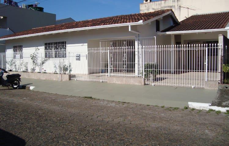 Casa a 900m da praia Balneário Camboriú
