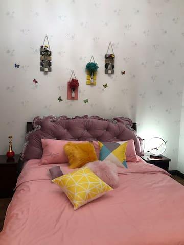 《闻竹》:原是别墅的主人房,足够大的双人床,加自带独立的卫生间,可以冲凉洗漱和晾衣服,这样的配置对于爱洗澡和宅男女来说,是最合适的房间了。整体布置的温馨又不失一点灵动,一组大衣柜足够能装下所有衣物,卧在床上能够闻到清新竹香!闲来无事的时候还可以窝在床上或沙发里看看电视打游戏。