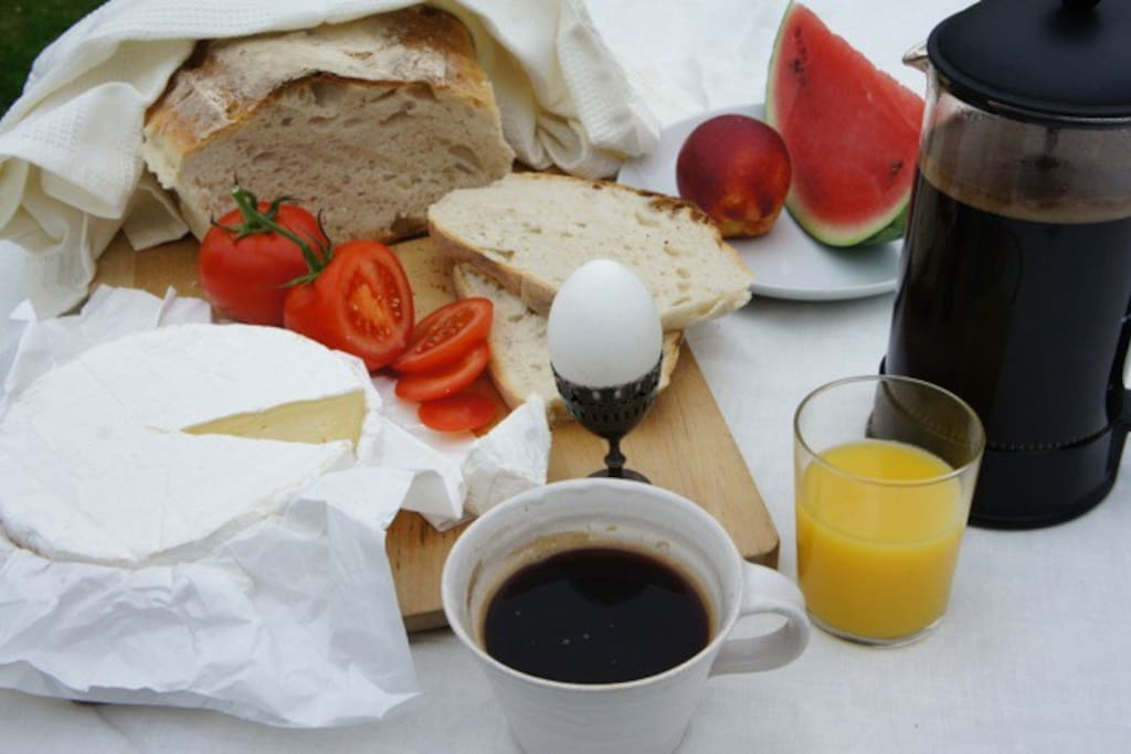 Frukost med nybakat ekologiskt bröd och gott kaffe.