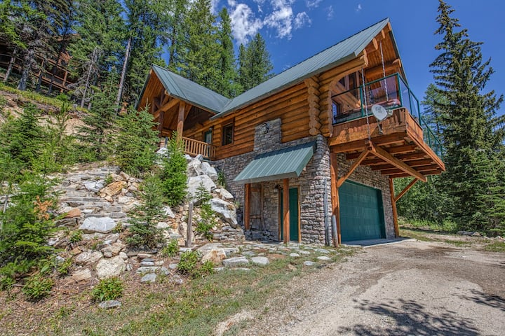 Remodeled log home on Schweitzer Mountain w/ private hot tub - 1/2 mile to lifts