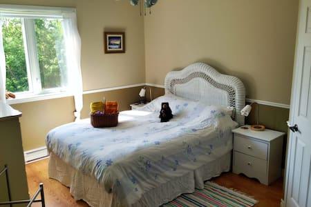 Sunlit room on Island near Quebec - Saint-Laurent-de-l'Île-d'Orléans