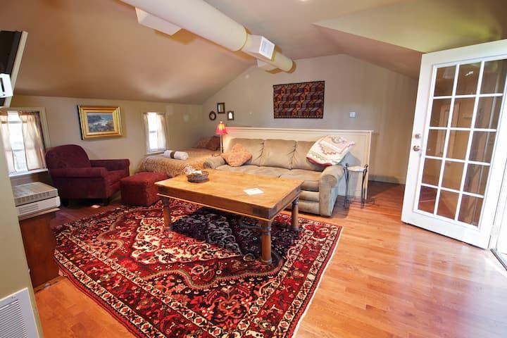 Cozy Treetop Studio: Villanova, PA