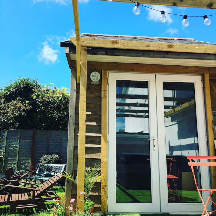 Brand New stylish Cornish tiny house with hot tub