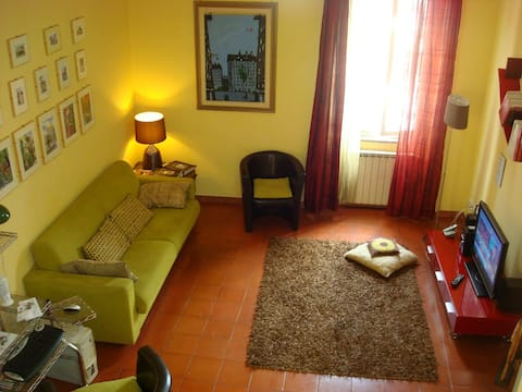 Very comforteable living room with fine furnitures, LCD TV, Internet e Wi-Fi.
