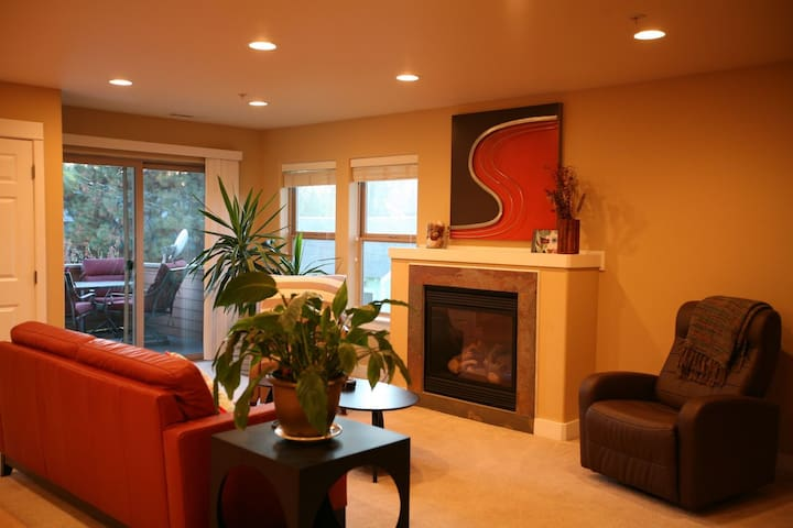 Downtowner - Steps to McMenamins, Modern and Bright, Cozy Fireplace, Balcony