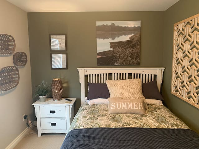 Private, Cozy, Lake House Themed Room!