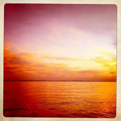 in ruhiger Lage, über das Meer
