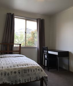 Beautiful single bedroom-Tuggernong - Theodore