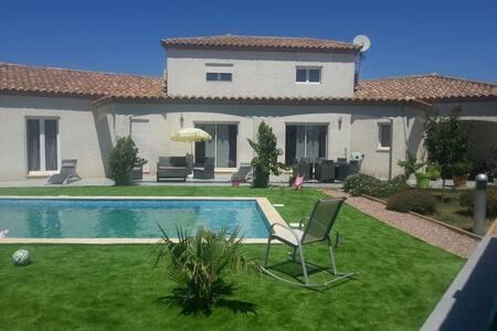 Magnifique villa avec piscine. - Ναρμπόν