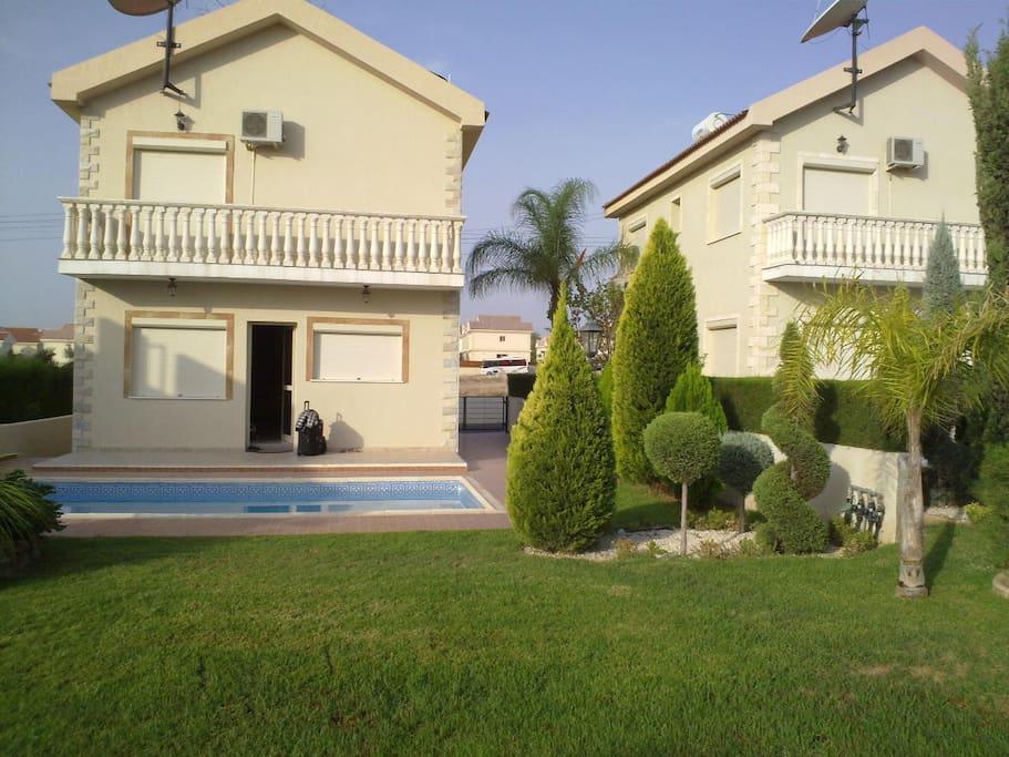 Двор и вид дома со двора