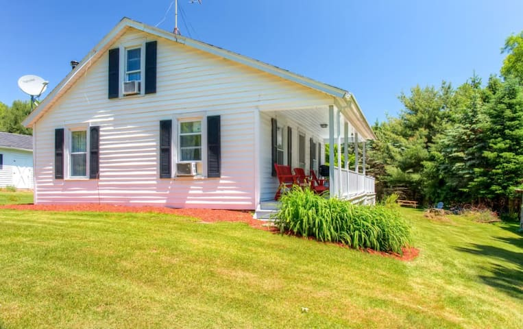 Annie's Paradise' Sleek 2BR Otsego House w/Porch - Otego - House