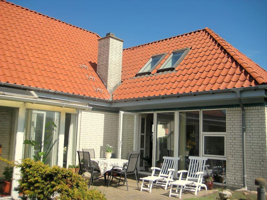 Huset og terrassen