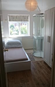 Single bedroom with your own shower - Guildford - Hus
