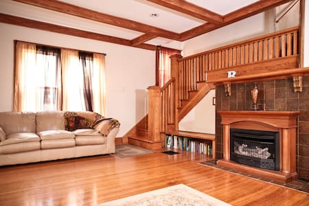 4BR HOME 10min from Downtown Indy!! - Indianapolis