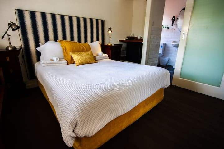 Edward Lodge - Charming Double Room with Style