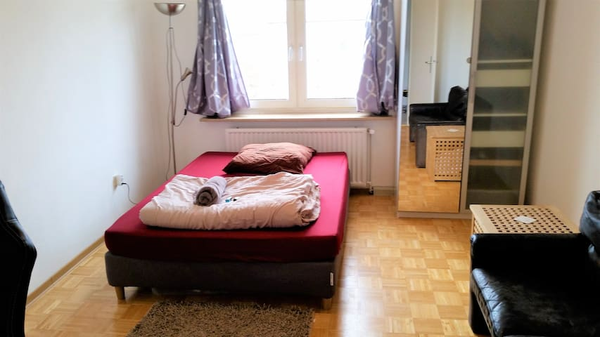 Quiet, bright 23m² room well connected to center - München - Apartment