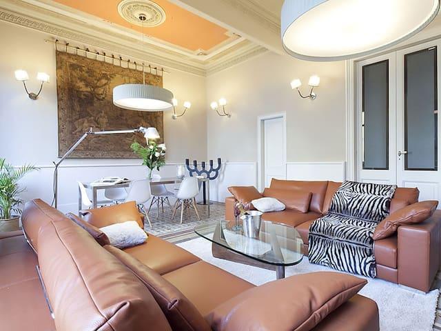 City Centre Apartment in Rambla Catalunya for 6