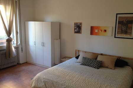 Large room in Venice king size bed near bus/train