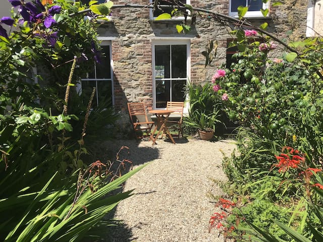 Bright Garden Apartment in Falmouth Town