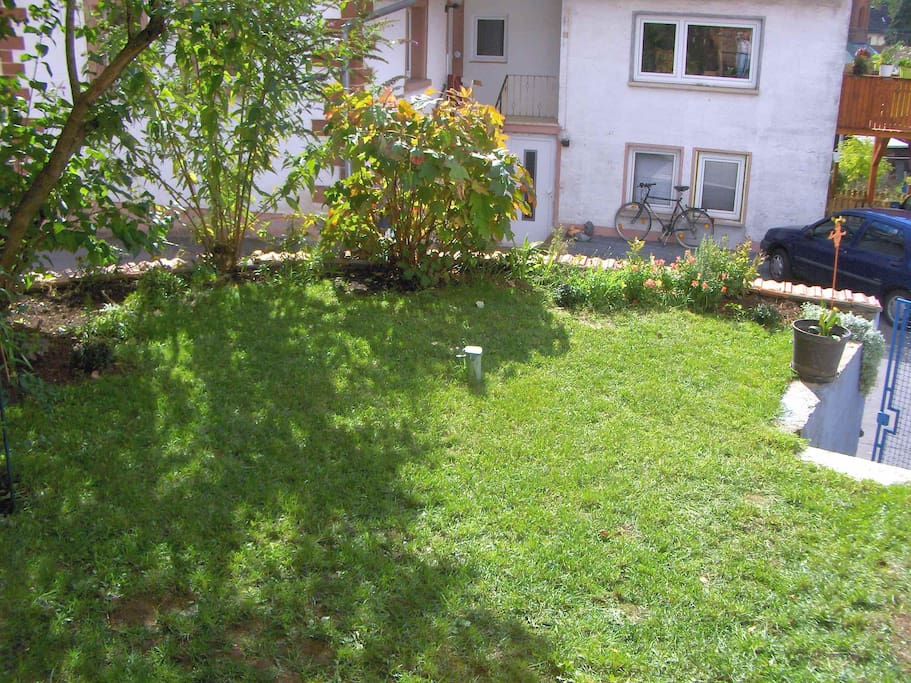 Garten mit kleiner Liegewiese und Sonnenschirm-Aufstellmöglichkeit