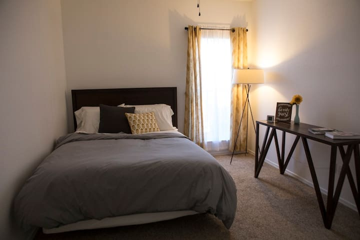 Cozy Queen Bedroom in Northern Albuquerque