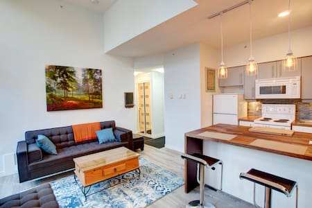 1 Bedroom Modern Village Penthouse - FREE PARKING - Whistler - Wohnung