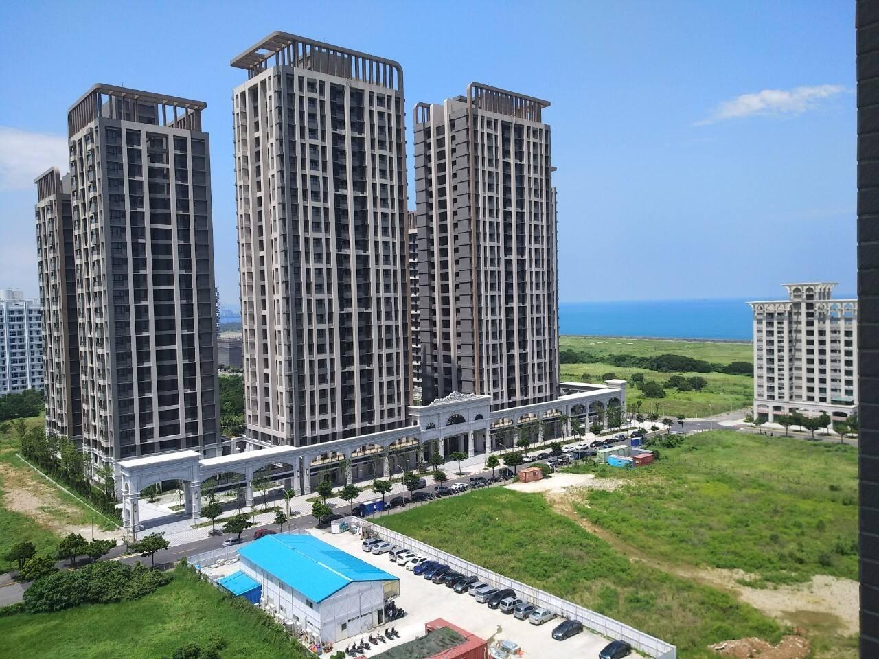 客廳陽台窗外可眺望台北海灣