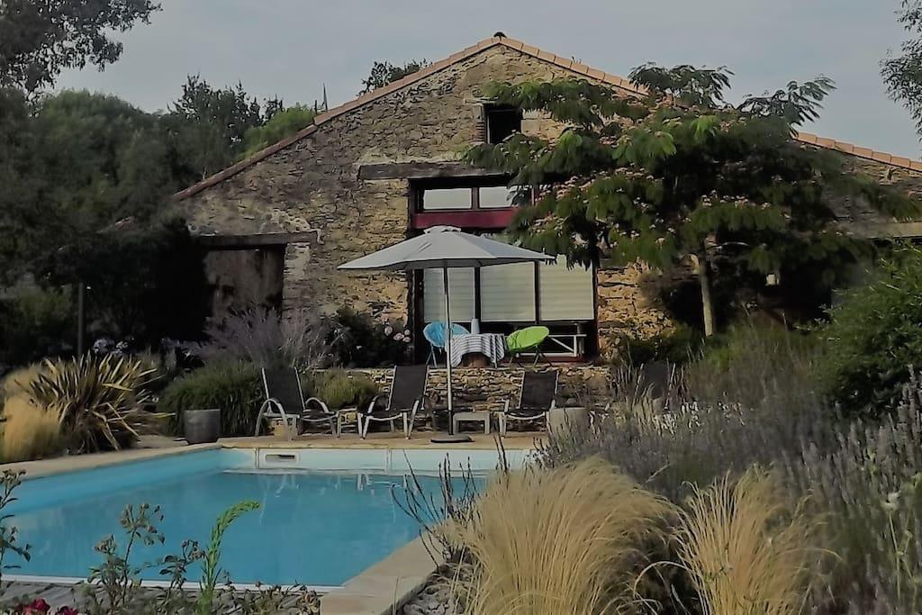 ancienne grange restaur e avec piscine chauff e maisons louer le girouard pays de la. Black Bedroom Furniture Sets. Home Design Ideas