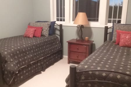 Two restful and cozy beds with private bath - Canby - Rumah