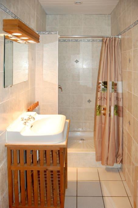 Salle de bains avec douche - Bathroom with shower