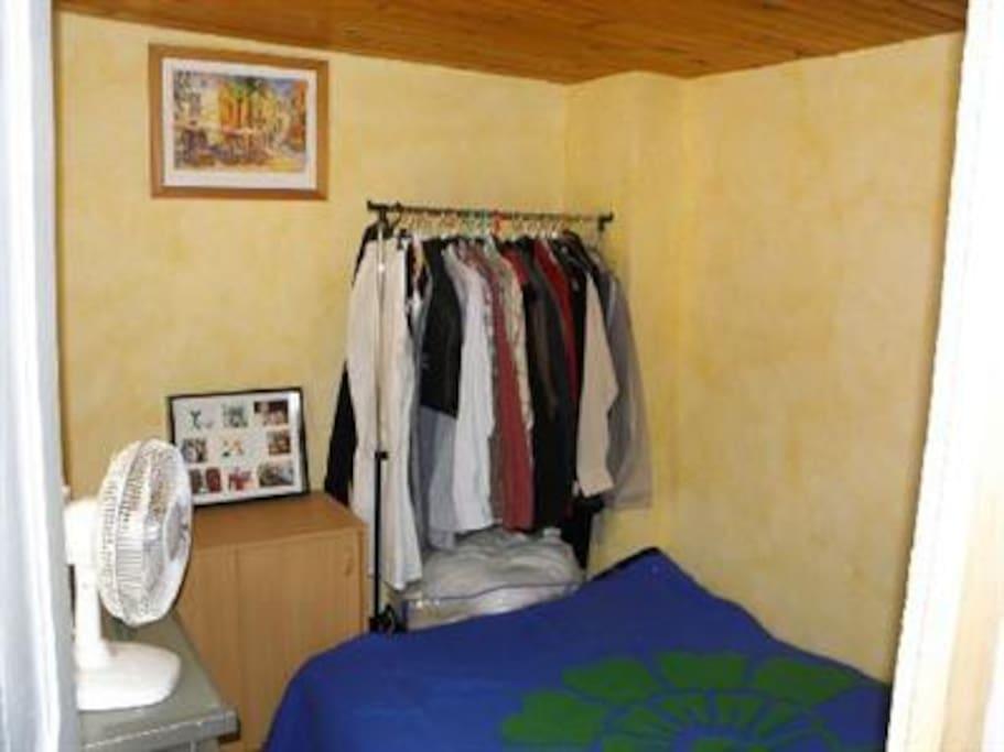 petite chambre avec lit & personne vue sur cour