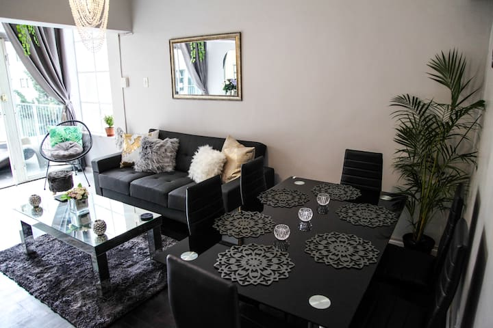 Sunny 2 Bedroom French Style apt in Sea Point.