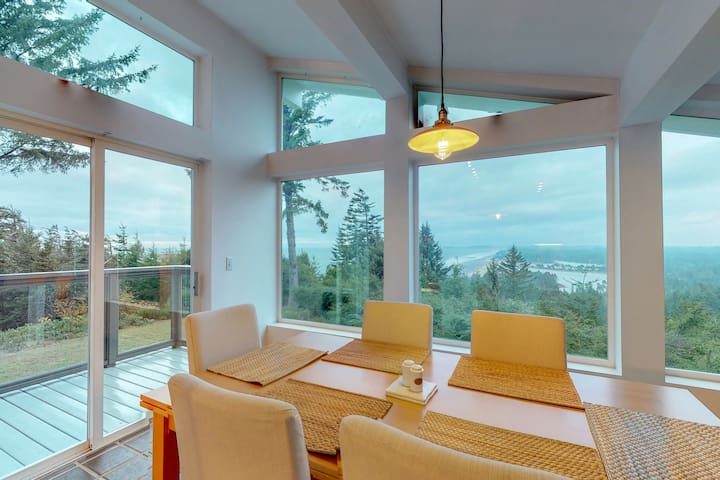 Hilltop home w/balcony, incredible ocean views & private hot tub