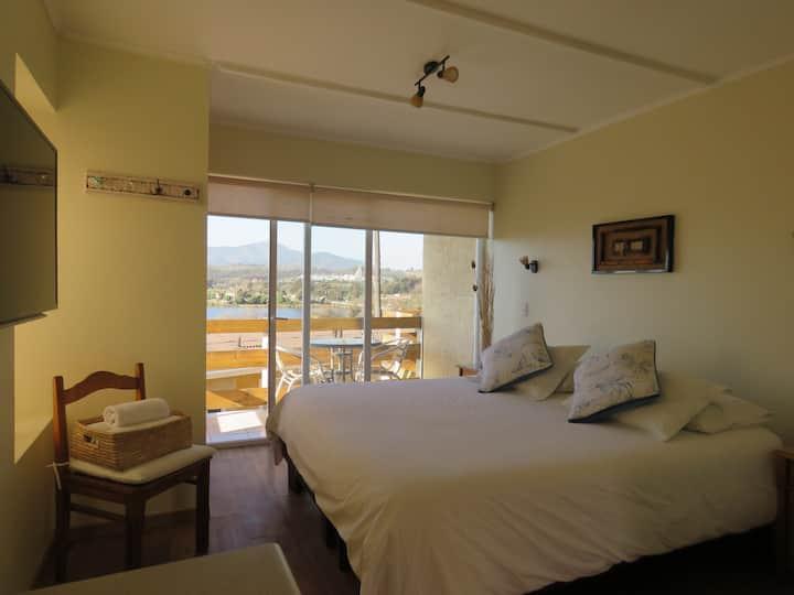 Habitación matrimonial con balcón y vista al mar
