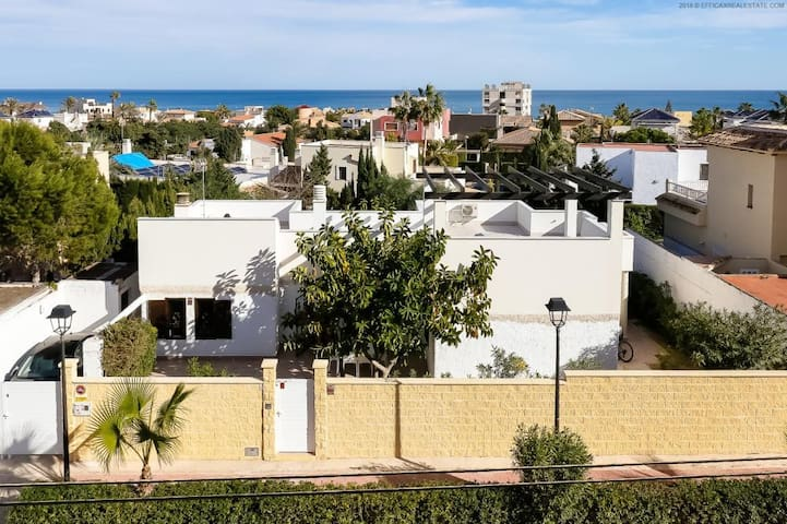 Superb detached family villa, 350m to beach