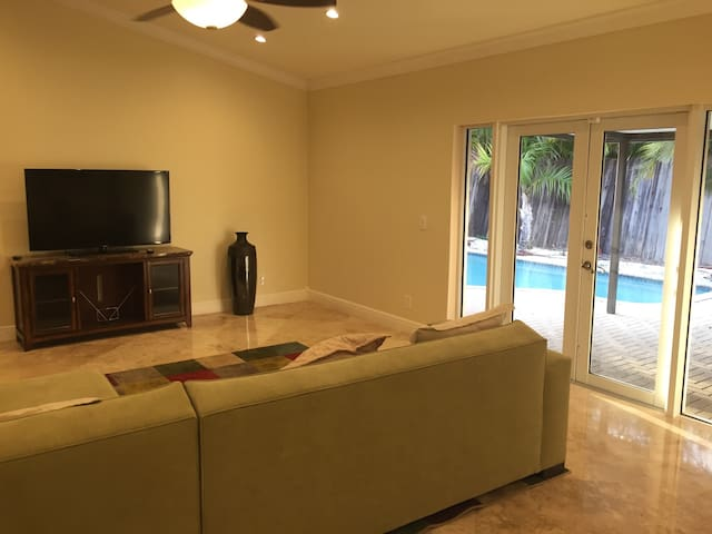 Entire home with pool - Davie - House