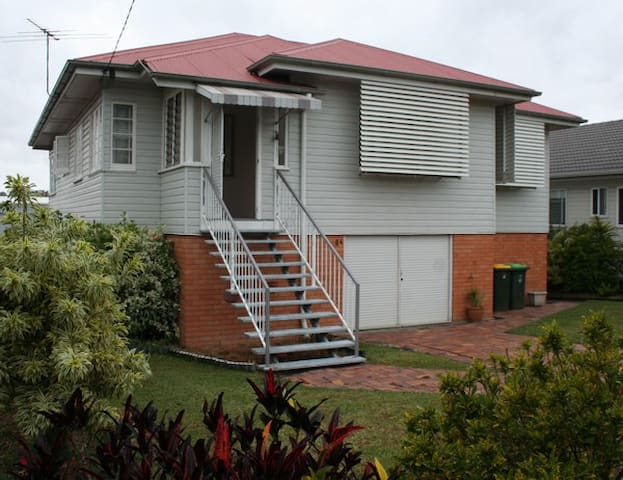 Basic Comfy 1950's Queensland house - Yeronga - บ้าน
