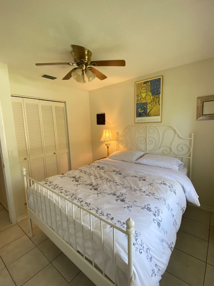 Room in South Sarasota. Pet Friendly. Private Bath