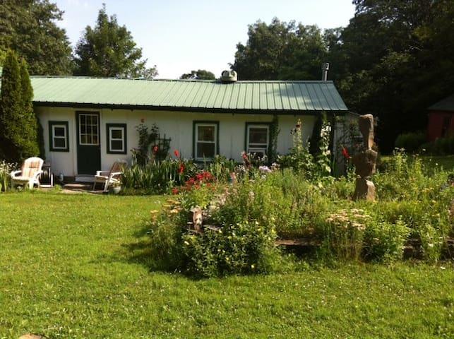 Beautiful Cottage amongst gardens - Catskill - Chatka