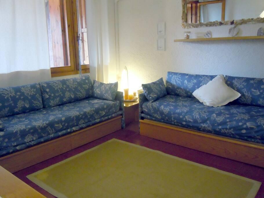Soggiorno con divani letto. Living area with two sofa-bed.